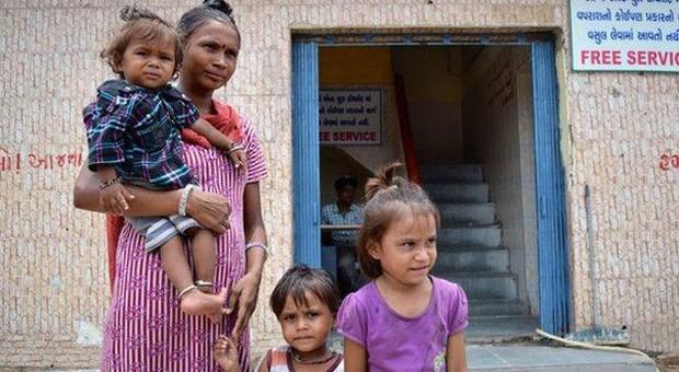 Mãe de menina diz que não há espaço para construir banheiro em sua casa  (Foto: BBC)