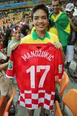 Pedro Henrique, que ficou com a camisa de Mandzukic (Foto: João Paulo Maia)