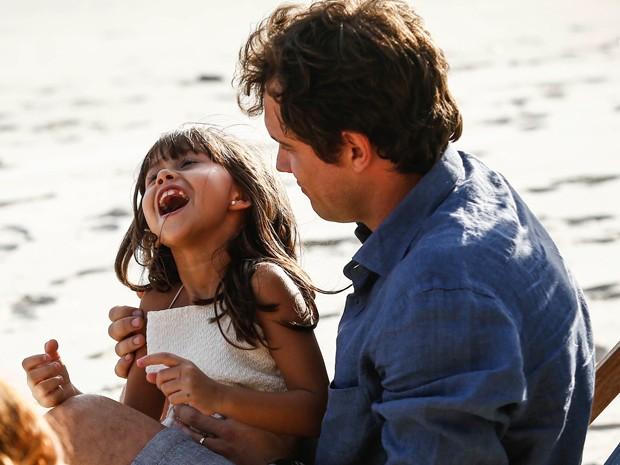 A atriz mirim cai na gargalhada com o seu pai da ficção (Foto: Raphael Dias/Gshow)