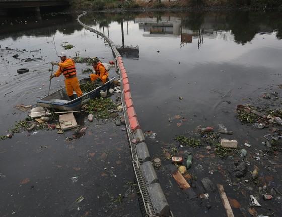 Ecobarreiras olímpicas. No rio Meriti, em Caxias, uma das 17 ecobarreiras que o estado colocou para retirar e diminuir o lixo sólido que entra na Baia de Guanabara.  (Foto: Foto Custodio Coimbra/Agência O Globo)