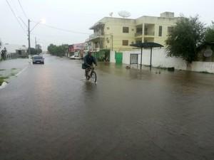 Morador anda de bicicleta em alagamento (Foto: Caroline Rossassi/RBS TV)