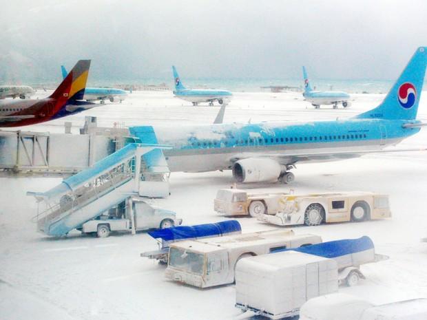 Aeroporto de Jeju, na Coreia do Sul, estava coberto de neve Lee na quinta-feira (24) (Foto: Seok-hyung/News1/ Reuters)