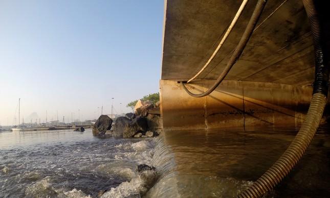 Esgoto cai na Baía de Guanabara, por galeria de águas pluviais