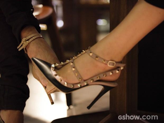 O clima esquenta entre as duas que brincam com os pés por debaixo da mesa (Foto: Raphael Dias / TV Globo)