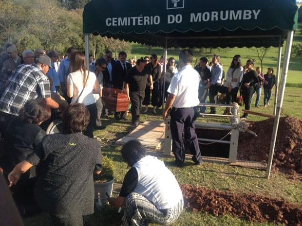 Enterro do psiquiatra Içami Tiba no Cemitério do Morumbi, na Zona Sul de São Paulo (Foto: Paulo Toledo Piza/G1)