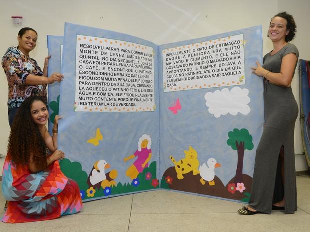 Livros gigantes são recriados por estudantes de pedagogia (Foto: Carlos Alberto Silva/ A Gazeta)