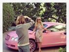 Paris Hilton posa com carrão rosa em ensaio