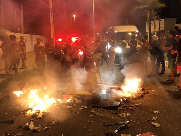Moradores da Comunidade dos Ipês bloquearam o trânsito na Avenida Tancredo Neves, em João Pessoa (Foto: Walter Paparazzo/G1)