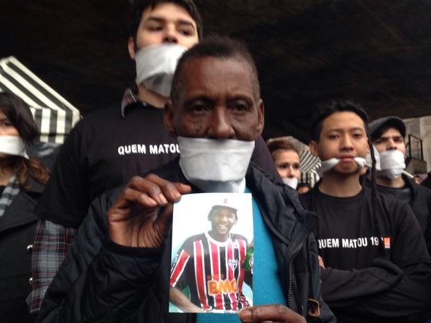 Familiares de vítimas da chacina em Osasco e Barueri protestam na Avenida Paulista (Foto: Carolina Dantas/ G1 )