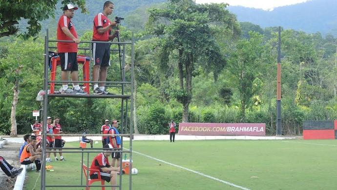 Analistas de desempenho filmam coletivo treino Flamengo (Foto: Cahê Mota)