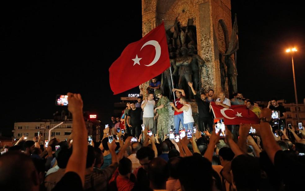 Grupo de apoiadores do presidente Recep Tayyip Erdogan se reúnem na praça Taksim em Istambul, na Turquia, contra a tentativa de golpe militar (Foto: Emrah Gurel/AP)