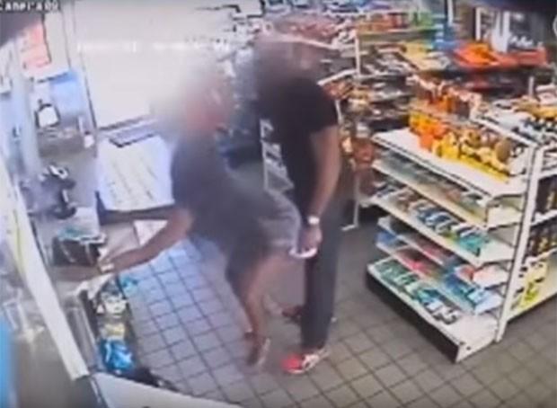 """Uma das mulheres flagradas no vídeo faz um """"twerking"""" em cliente de loja de conveniência (Foto: Reprodução / Youtube)"""