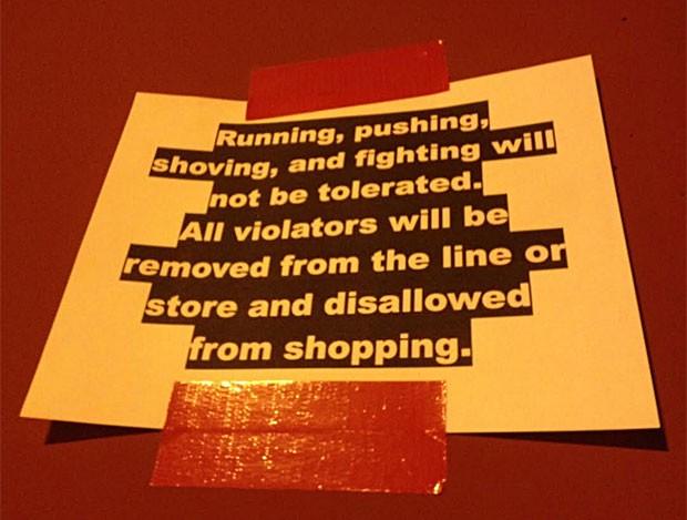 'Não toleraremos correria, empurrões e brigas. Todos os infratores serão tirados da fila ou da loja e não poderão comprar', avisa cartaz em loja de Las Vegas (Foto: Flávia Mantovani/G1)