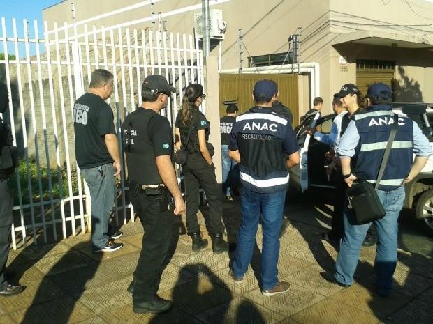Policiais da Deco e fiscais da Anac em operação, em Campo Grande (Foto: Osvaldo Nóbrega/ TV Morena)