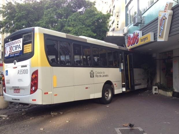 Ônibus invade lanchonete na esquina das ruas Visconde de Pirajá e Garcia D´Ávilla, em Ipanema (Foto: Mariúcha Machado/ G1)