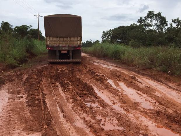 Estradas intransitáveis prejudicam escoamento de grãos (Foto: Defesa Civil/Divulgação)