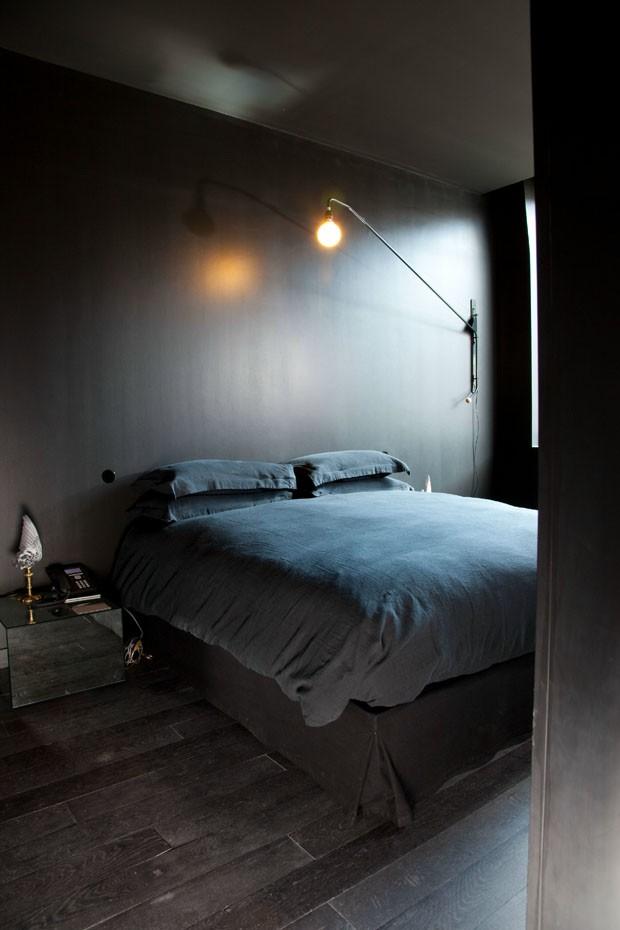 Décor do dia: visual dark e intimista no quarto (Foto: Divulgação)