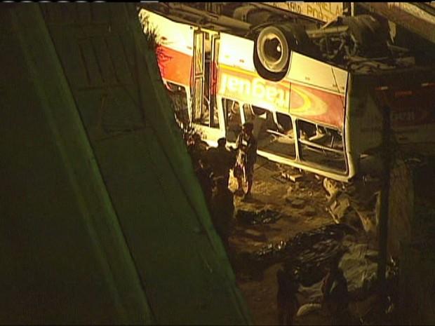 Ônibus cai de viaduto em Itaguaí (RJ)/GNews (Foto: Reprodução Globo News)