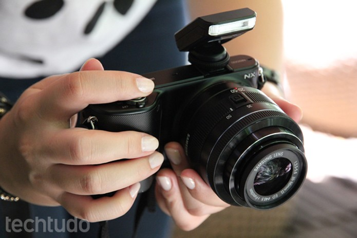 Samsung NX2000, câmera compacta com lente intercambiável (Foto: Luciana Maline/TechTudo)