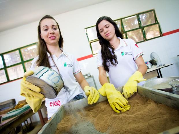 Samantha e Taísa preparam a mistura que em poucos minutos se transforma em tijolo (Foto: Jonathan Lins/G1)