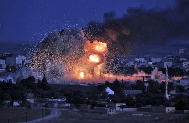 Ataque da coalizão liderada pelos EUA em Kobani nesta segunda-feira (20) (Foto: AP Photo/Lefteris Pitarakiis)