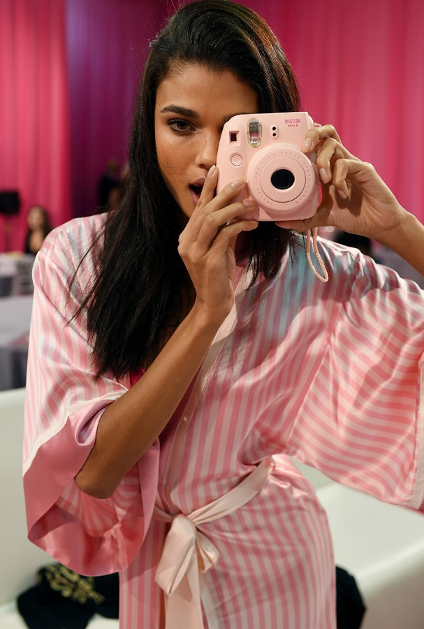 NEW YORK, NY - NOVEMBER 10:  Daniela Braga is seen backstage before the 2015 Victoria's Secret Fashion Show at Lexington Avenue Armory on November 10, 2015 in New York City.  (Photo by Dimitrios Kambouris/Getty Images for Victoria's Secret) (Foto: Getty Images for Victoria's Secr)