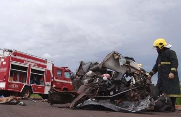 Carro ficou destruído após acidente na BR-060, em Acreúna, Goiás (Foto: Reprodução/ Plantão Policial)