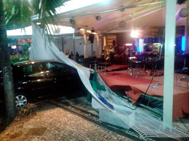 Carro desgovernado saiu da pista e atingiu palco do bar  (Foto: Heloísa Lemos/G1)