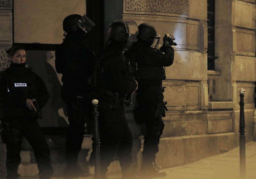 Rua perto da avenida Champs Elysees, em Paris, tem ação policial após tiroteio na noite desta quinta-feira (20) (Foto: THOMAS SAMSON / AFP)