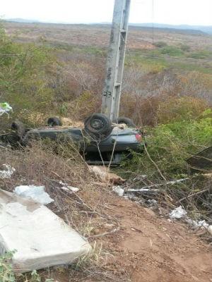 Carro capotou após colisão traseira, conforme polícia (Foto: Lay Amorim/ Brumado Notícias)