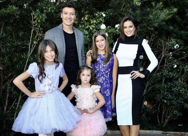 Rodrigo Faro coma s filhas Maria, Clara e Helena (Foto: Manuela Scarpa/Brazil News)