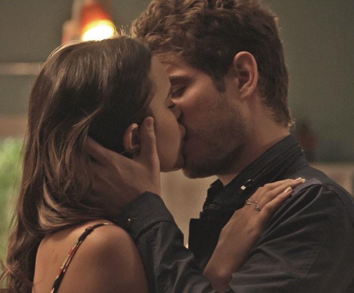 Ben envolve Mari em um beijo daqueles (Foto: TV Globo)