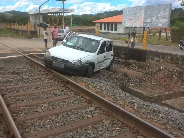 Carro foi atingido por trem Pinheiral (Foto: Marcos Soares/Arquivo Pessoal)