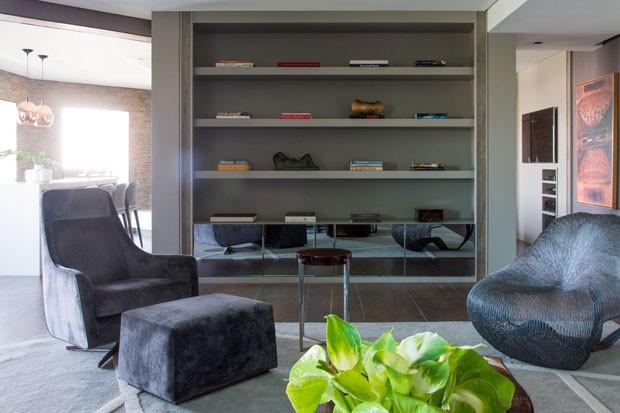 Apartamento escuro tem décor moderno e sofisticado (Foto: Divulgação)