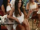 Carla Prata deixa calcinha à mostra em cruzada de pernas durante evento