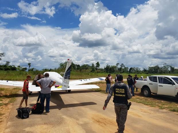 Polícias Militar e Civil prenderam cinco pessoas por tentar roubar um avião de pequeno porte no interior (Foto: Fernando Brasil/Arquivo Pessoal)