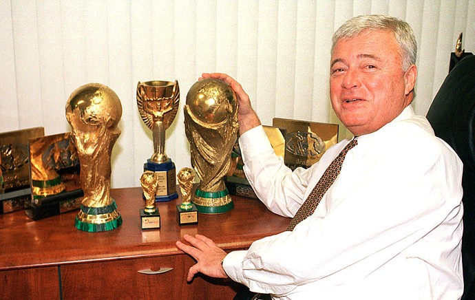 Ricardo Teixeira presidente da CBF com as taças da Copa do Mundo em 2003 (Foto: Arquivo / Ag. Estado)