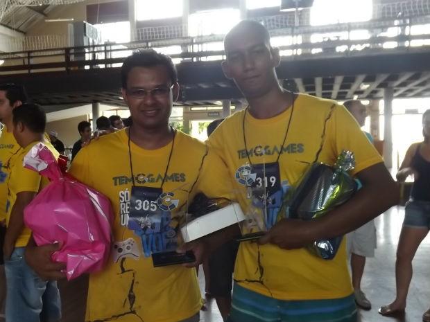Campeão e Vice do Street Fighter com os troféus em mãos (Foto: Tatiane Santos/G1)