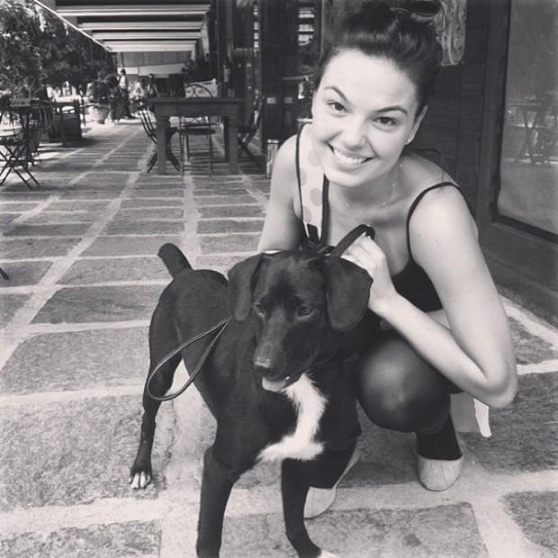Isis Valverde posta foto com cachorro (Foto: Instagram / Reprodução)