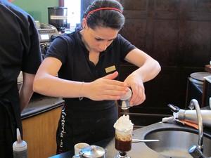 Baristas do Museu do Café, em Santos, SP, preparam diversas bebidas com o café (Foto: Mariane Rossi/G1)