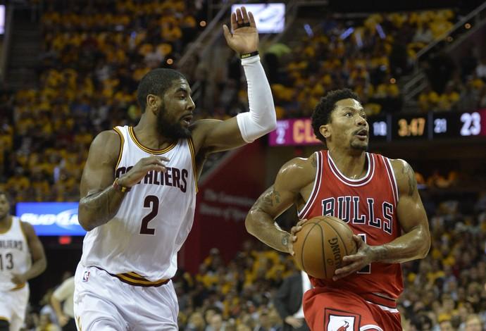 Kyrie Irving tenta o toco em Derrick Rose no confronto entre Cavs e Bulls (Foto: David Richard-USA TODAY Sports)
