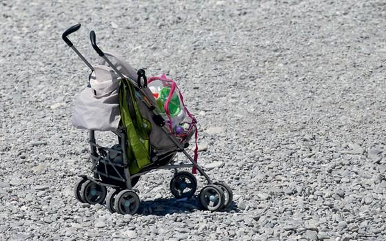 Um carrinho de bebê abandonado (Foto:   Pascal Rossignol / Reuters)