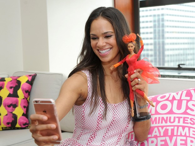 Misty Copeland posa com sua miniatura da boneca Barbie (Foto: Diane Bondareff/Invision for Barbie/AP Images)