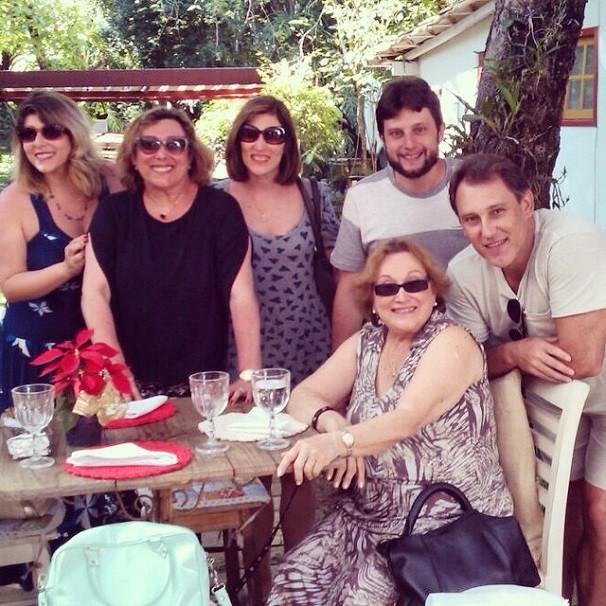 Família reunida. Da esquerda para a direita: Vanessa Goulart (neta), Bárbara Bruno (filha), Beth Goulart (filha), Eduardo Goulart (neto), Paulo Goulart Filho (filho) e Nicette (Foto: Reprodução/Instagram)