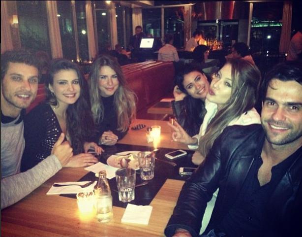 Ex-BBBs Eliéser e Kamilla jantam com amigos (Foto: Facebook/ Reprodução)