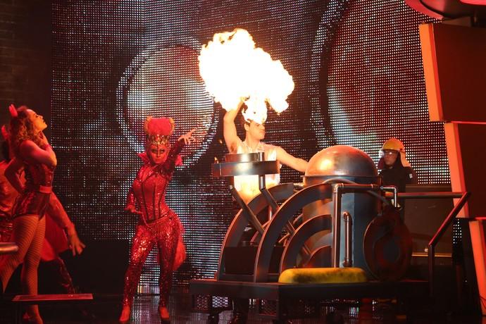 Assistentes de palco entraram no clima sinistro da apresentação (Foto: Carol Caminha / Gshow)