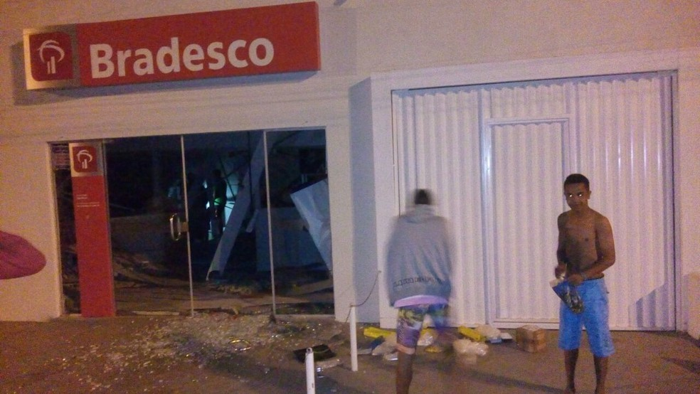 Agência do Bradesco também foi alvo dos criminosos (Foto: Divulgação/Amcnoticias)