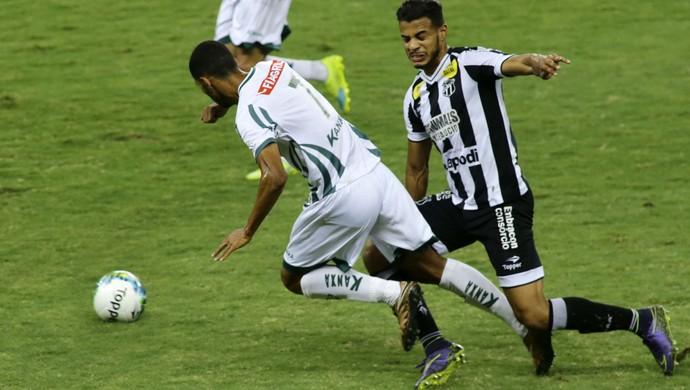 Jogadores Rafael Silva do Luverdense e Diego Felipe do Ceará durante a partida entre Ceará e Luverdense (Foto: Futura Press)