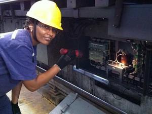 Elisabete Martins trabalhando na oficina. (Foto: Guilherme Brito / G1)