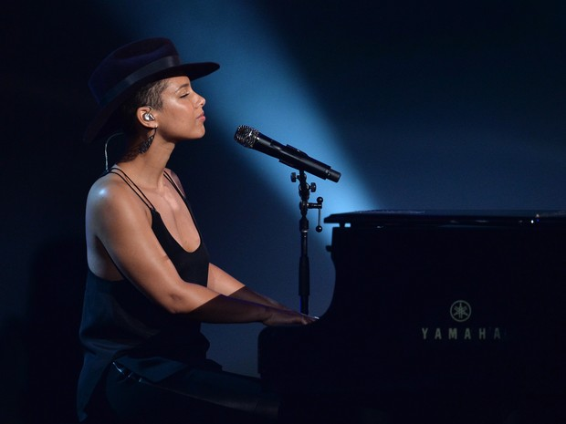 Alicia Keys canta em evento em homenagem aos Beatles em Los Angeles, nos Estados Unidos (Foto: Kevin Winter/ Getty Images/ AFP)